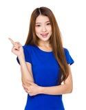 Mujer con el destacar del finger Fotos de archivo libres de regalías