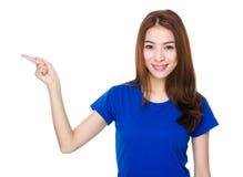 Mujer con el destacar del finger Foto de archivo