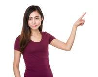 Mujer con el destacar del finger Foto de archivo libre de regalías