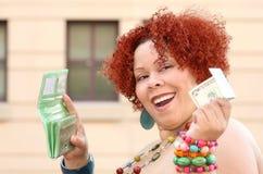 Mujer con el dinero rojo de la explotación agrícola del pelo rizado Fotos de archivo