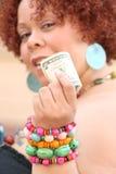 Mujer con el dinero rojo de la explotación agrícola del pelo rizado Imagen de archivo