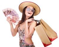 Mujer con el dinero y el bolso de compras. Foto de archivo