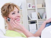 Mujer con el discurso móvil Imagen de archivo libre de regalías
