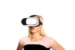 Mujer con el dispositivo de VR Foto de archivo libre de regalías