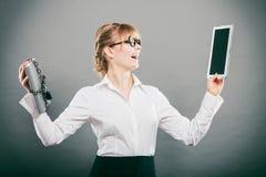 Mujer con el documento y la tableta Almacenamiento digital foto de archivo