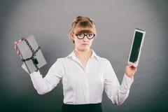 Mujer con el documento y la tableta Almacenamiento digital imagenes de archivo