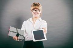 Mujer con el documento y la tableta Almacenamiento digital imagen de archivo