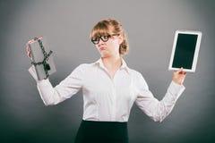 Mujer con el documento y la tableta Almacenamiento digital Foto de archivo libre de regalías