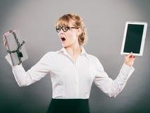 Mujer con el documento y la tableta Almacenamiento digital fotografía de archivo