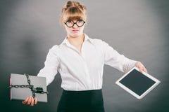 Mujer con el documento y la tableta Almacenamiento digital fotografía de archivo libre de regalías