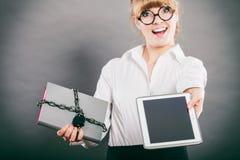 Mujer con el documento y la tableta Almacenamiento digital Fotos de archivo libres de regalías