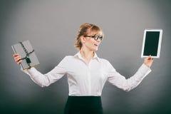 Mujer con el documento y la tableta Almacenamiento digital fotos de archivo