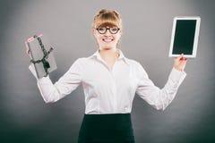 Mujer con el documento y la tableta Almacenamiento digital imágenes de archivo libres de regalías