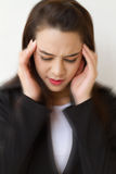 Mujer con el dolor de cabeza, expresión negativa Imagen de archivo libre de regalías