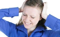 Mujer con el dolor de cabeza que lleva a cabo sus manos a la pista Fotografía de archivo libre de regalías