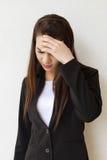 Mujer con el dolor de cabeza, sensación negativa Foto de archivo