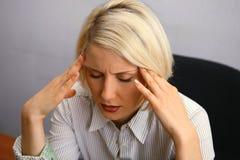 Mujer con el dolor de cabeza severo (jaqueca) fotos de archivo