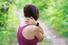 Mujer con el dolor de espalda, lesión del cuello, trauma durante entrenamiento fotos de archivo
