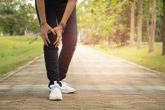 Mujer con el dolor de la rodilla, artrosis de la rodilla imagenes de archivo