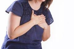 Mujer con el dolor de pecho - ataque del corazón Foto de archivo