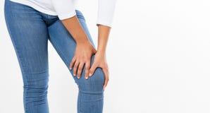 Mujer con el dolor de pierna, sufrimiento de la muchacha del dolor de la rodilla aislada en el fondo blanco, reumatismo femenino fotografía de archivo