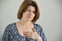 Mujer con el dolor en pecho, angina foto de archivo libre de regalías