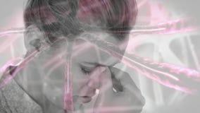 Mujer con el dolor principal contra las células de la infección de las bacterias metrajes