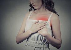 Mujer con el dolor súbito del ataque del corazón, problema de salud que lleva a cabo el touc Fotografía de archivo libre de regalías