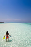 Mujer con el engranaje que bucea que mira el mar Foto de archivo