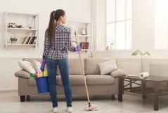 Mujer con el equipo de la limpieza listo al sitio limpio fotografía de archivo libre de regalías