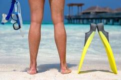 Mujer con el equipo que bucea que se coloca en una playa maldiva Imagenes de archivo