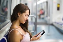 Mujer con el ereader en metro imágenes de archivo libres de regalías