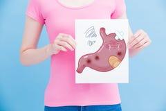 Mujer con el estómago del unhealth fotos de archivo
