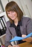 Mujer con el fichero de aplicación Fotos de archivo libres de regalías