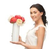 Mujer con el florero de flores Fotos de archivo libres de regalías