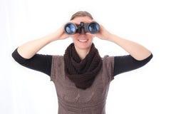 Mujer con el frontal de la vista de los prismáticos Fotografía de archivo libre de regalías