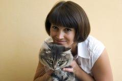 Mujer con el gato Fotos de archivo libres de regalías