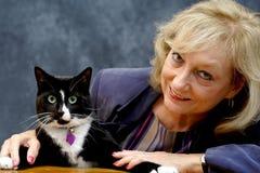 Mujer con el gato Imagen de archivo libre de regalías