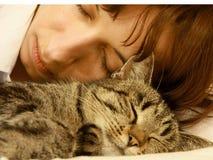 Mujer con el gato fotografía de archivo