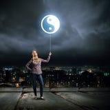 Mujer con el globo Foto de archivo libre de regalías