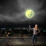 Mujer con el globo Imagen de archivo libre de regalías