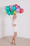 Mujer con el globo en Valentine Day Foto de archivo libre de regalías