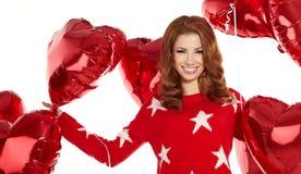 Mujer con el globo rojo del corazón Imagen de archivo libre de regalías