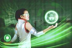 Mujer con el gráfico virtual del botón y de la tierra imágenes de archivo libres de regalías
