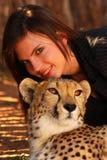 Mujer con el guepardo Imagen de archivo