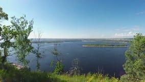 Mujer con el hijo en el banco rocoso del río Volga almacen de metraje de vídeo