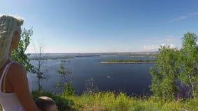 Mujer con el hijo en el banco rocoso del río Volga metrajes