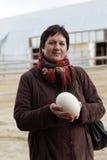 Mujer con el huevo de la avestruz Imágenes de archivo libres de regalías