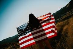 Mujer con el indicador americano Foto de archivo