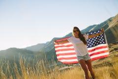 Mujer con el indicador americano Foto de archivo libre de regalías